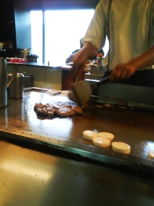 lalu kembali ke daging,, setelah matang dibagi-bagi ke piring pemesan, beserta tauge, dan sepotong tofu