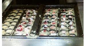 pembuatan takoyakinyabisa kita tonton dari balik kaca,, yuummm tako nya guede guedeeee
