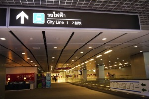airport rail link ada dua, city line dan express line,, kita pake yang biasa ajaa, city line :D
