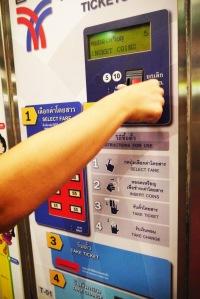 setelah tekan tombol angka sesuai fare menuju station tujuan, lalu masukan uang ke tempat koin diatas