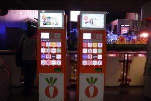 ini di stasiun BTS nya,, nemu mesin entah apa ini,, dibalik mesin ini (itu tuh di belakang kiri) suami lagi liat-liat pemandangan mall :P