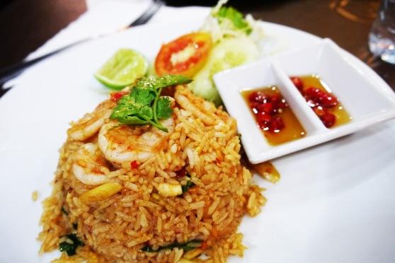 akhirnya makanan datang,,ini punyanya suami, fried rice tom yum (130 baht)