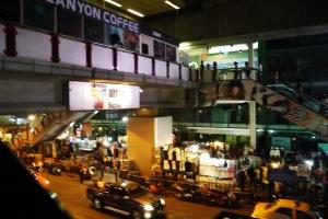 selain mall,, ternyata ada kayak pasar malem gitu tepat di depan2 mallnya,dibawah BTS