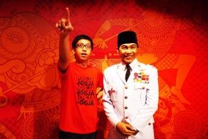ada yang semangat 45 kepingin difoto bareng Bapak Soekarno :P