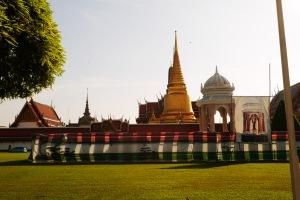itu wat phra kaew yang satu tempat sama grand palace
