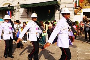 ke arah grand palace, kita disambut sama tentara putih-putih lagi baris