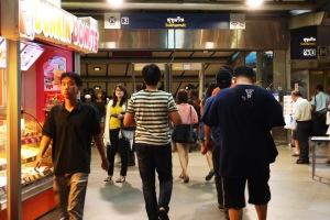 naik MRT dari stasiun MRT Sukhumvit