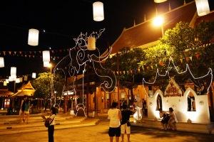 banyak lampu-lampu disana, bahkan membentuk gajah :D