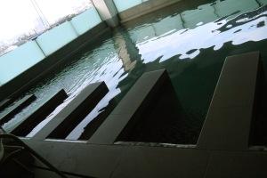 lantai dibawah kamar kita adalah kolam renang :D