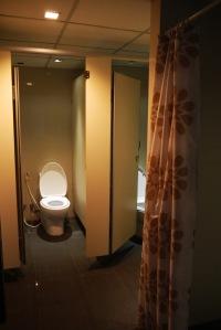 toilet dan tempat ganti bajunya juga bersih