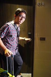 ini dia kamar kita,, tepat disebelah handle pintu ada kotak kecil isinya tanda2 klo mau dibersihin kamarnya atau dont disturb gitu,, dinyalainnya dari dalem kamar
