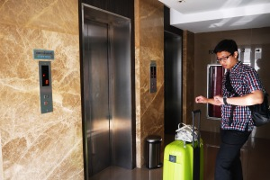 ini lift nya,, di lantai dasar, tepat di depan lift ada pojok travel agent (dimana kita beli tiket siam niramit),,