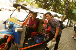 abang tuktuk pun ikut memasang gaya ter oke nya :D