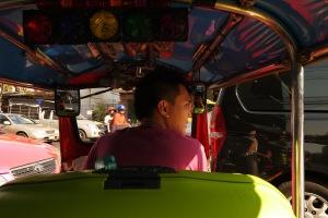 kayak gini dalemnya,, agak ramai,, bentuk rupa interior tuktuk tergantung selera masing-masing pemilik,, bagaimana rasanya naik tuktuk? rasanya wooww,,kenceng-pelan-kenceng-pelan ahaha kocak
