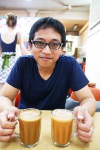 ini minuman kita, teh tarik (S$ 0,90) untuk saya,, kopi tarik (S$ 0.90) untuk suami,, dua-duanya rasanya enak, pas gak terlalu manis ataupun pahit