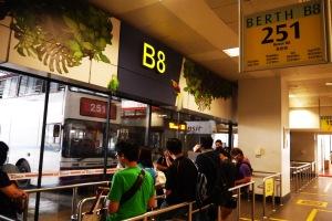 beginilah penampakan gate nya,, yang berbaju hijau itu adalah suami yang sedang mengantri menunggu dibolehin naik bus 21,, diatasnya keliatan kan tulisan B8 nya dihias2 gambar burung-burung (berarti iita mengantri di tempat yang benar :P)