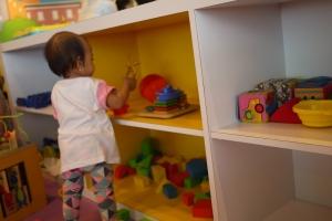 ada lemari yang penuh mainan dan orang playgroundnya dateng beberapa saat sekali buat beresin jadi ga berantakan ampun2an akibat diacak2 anak-anak :D