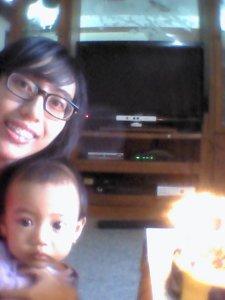 emaknya juga kepengen selfie sama anak sama kue, tapi hasilnya blur haha salahin kamera depan hp nya!!
