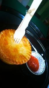 Chicken and leek S$ 8.5 dikasi pisau garpu dari kayu. Pie crust nya lembut, dalemnya agak creamy, enak dan mengenyangkan